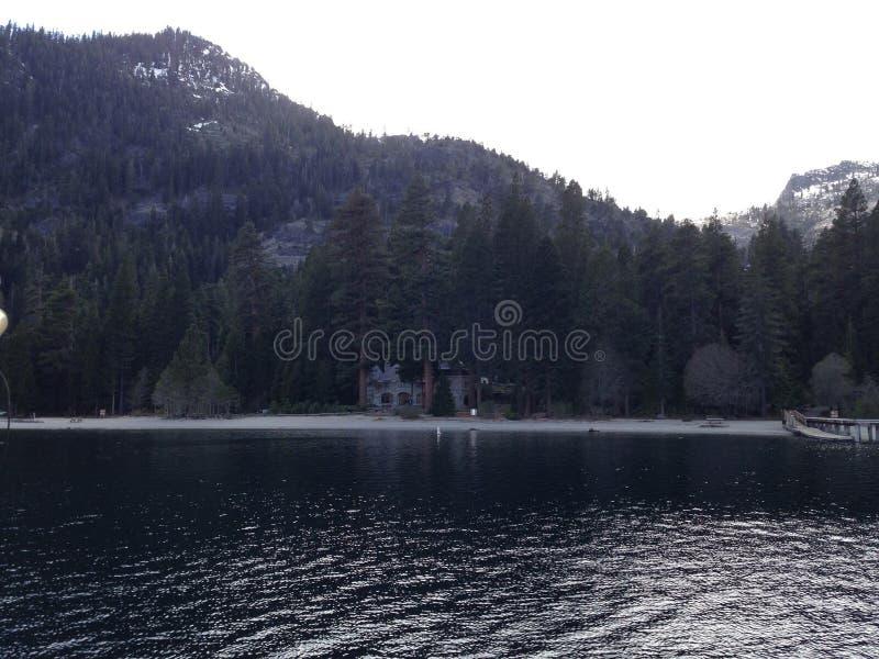 Vue du lac Tahoe de château populaire en Californie pour des touristes photo stock