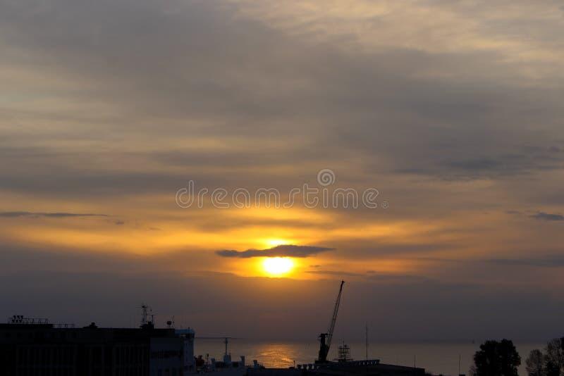 Vue du lever de soleil dans le pilier dans le port maritime photo libre de droits