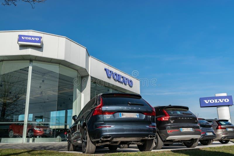 Vue du magasin de concessionnaire de marque de Volvo sur un fond de ciel bleu photographie stock libre de droits