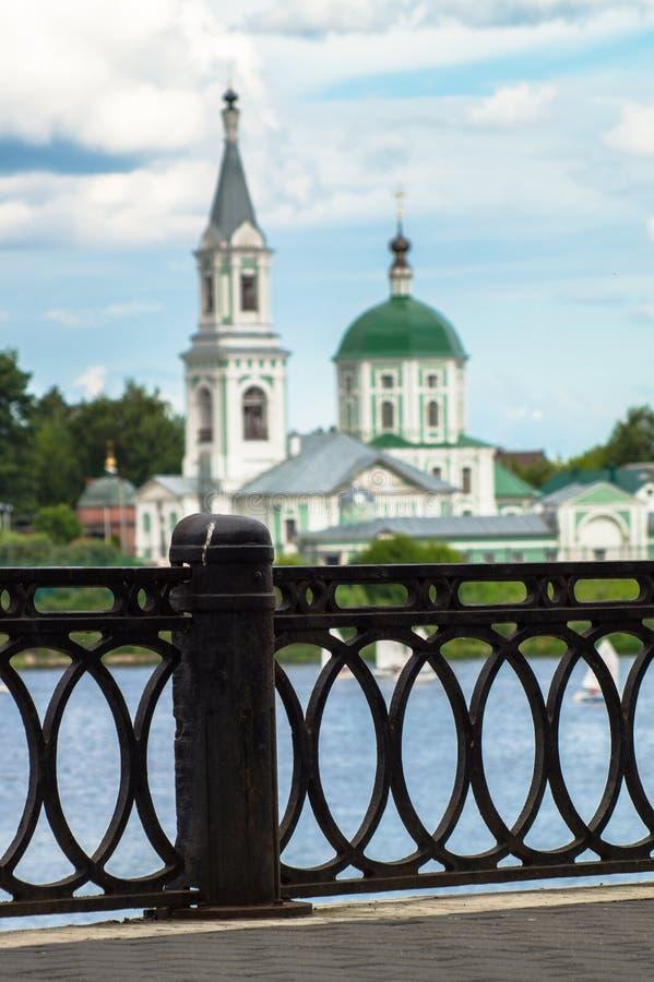Vue du monastère antique de StCatherine sur la Volga du remblai piétonnier opposé Ville de Tver, Russie photographie stock