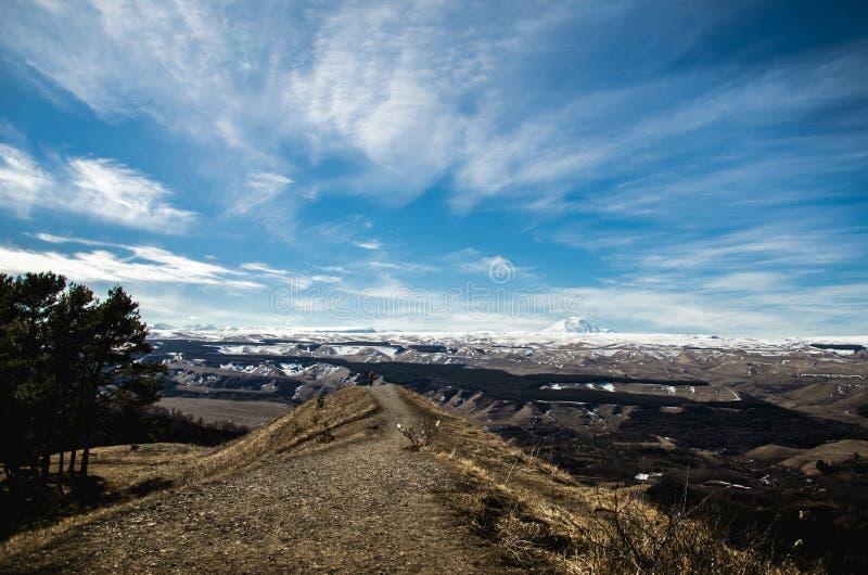 Vue du mont Elbrouz de l'autre montagne La Russie, Kabardino-Balkarie photo libre de droits