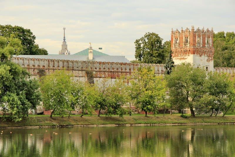 Vue du mur de forteresse du couvent de Novodevichy photographie stock