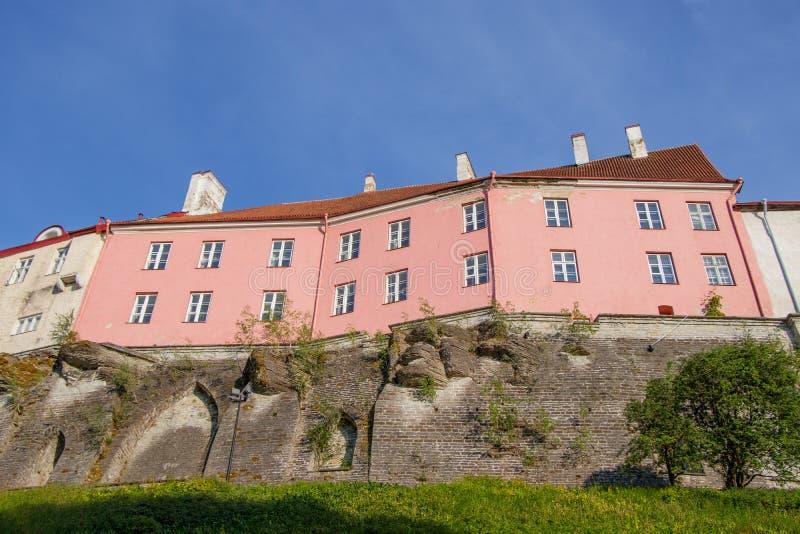 Vue du mur de la vieille ville supérieure de Tallinn un jour ensoleillé photos stock