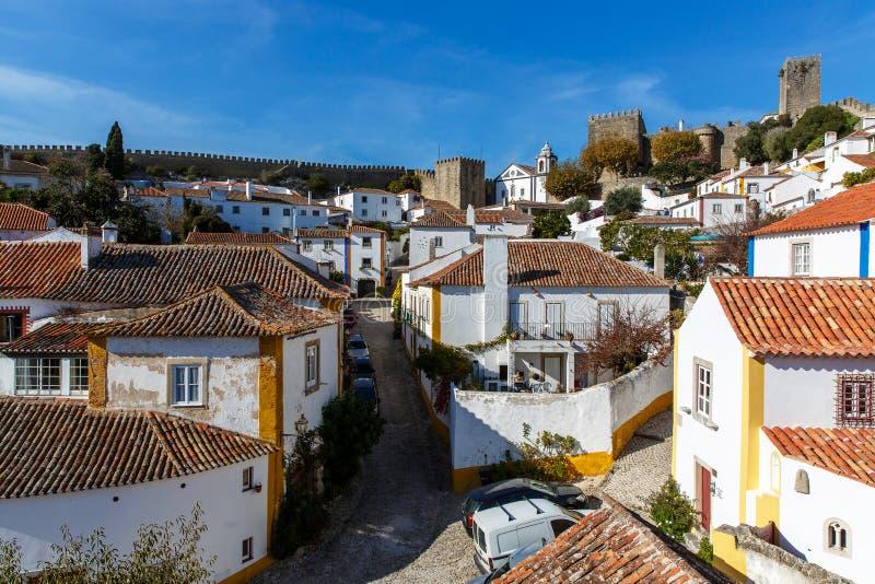 Vue du mur de ville du beau village d'Obidos, Portugal photographie stock libre de droits