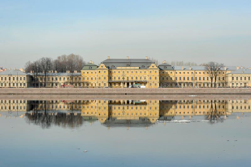 Vue du Neva et le palais de Menshikov à St Petersburg, photo stock