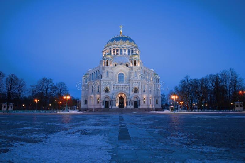 Vue du Nikolsky Marine Cathedral sur la place d'ancre au crépuscule de mars Kronstadt Russie photos libres de droits