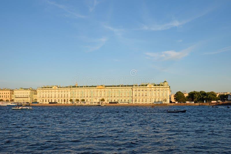 Vue du palais d'hiver du pont de palais en été photographie stock