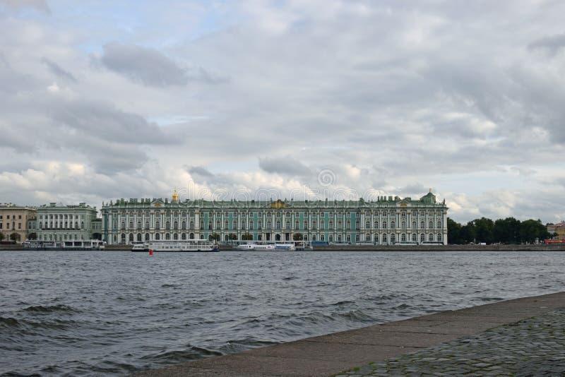 Vue du palais d'hiver et des vagues de la rivière Neva de t image libre de droits