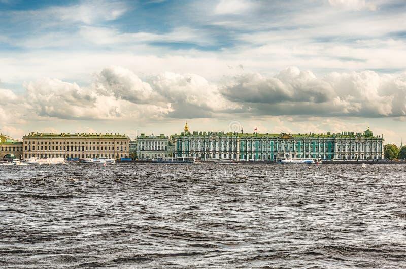 Vue du palais d'hiver, musée d'ermitage, St Petersburg, Rus photographie stock libre de droits