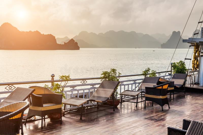 Vue du paquet d'un bateau de croisière halong Vietnam de compartiment photographie stock libre de droits