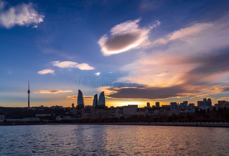 Vue du parc de bord de la mer national dans la ville de Bakou au temps de coucher du soleil photo stock