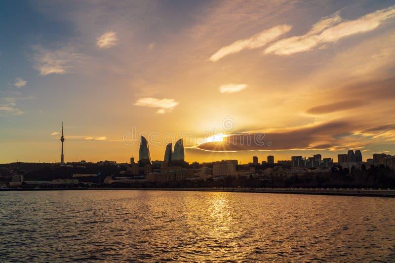 Vue du parc de bord de la mer national dans la ville de Bakou au temps de coucher du soleil photographie stock