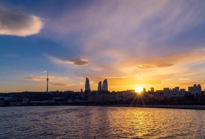 Vue du parc de bord de la mer national dans la ville de Bakou au temps de coucher du soleil photo libre de droits
