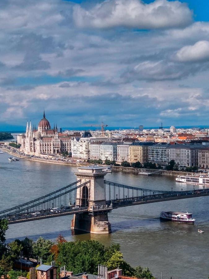 Vue du parlement hongrois chez le Danube dans la ville de Budapest, Hongrie photos stock