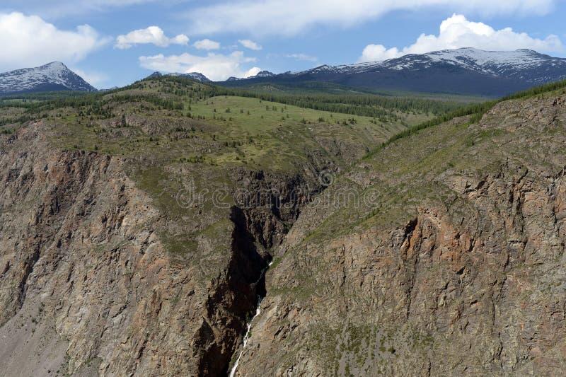 Vue du passage de Kathu - de Yaryk à la cascade République d'Altai siberia photographie stock libre de droits