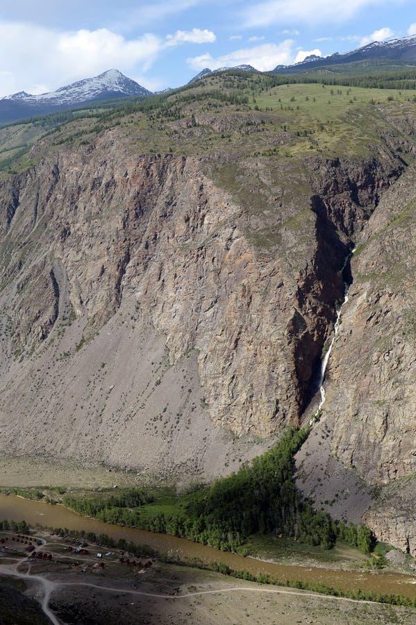 Vue du passage de Kathu - de Yaryk à la cascade République d'Altai siberia photographie stock