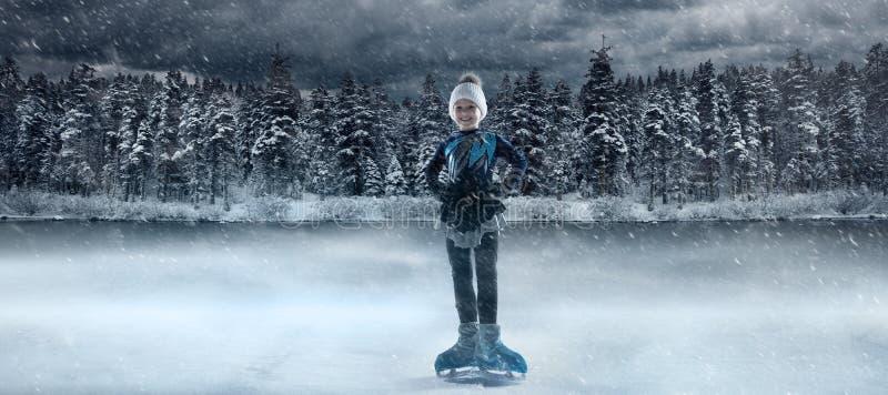 Vue du patineur artistique pour enfants sur le lac d'hiver photo stock
