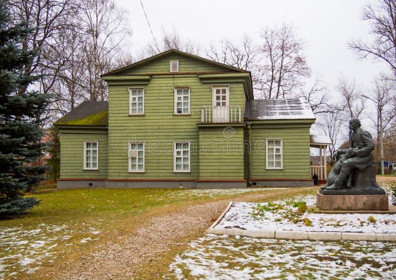 Vue du pavillon de chasse et du monument au poète, N a Nekrasov, région de Chudovo Novgorod photos libres de droits