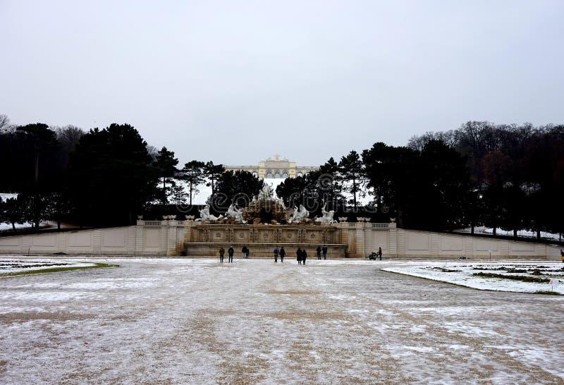 Vue du pavillon de Glorietta et de la fontaine devant lui en parc de palais de Schönbrunn à Vienne en hiver photo stock