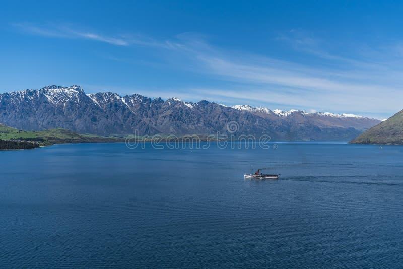 Vue du paysage du lac Wakatipu, Queenstown, Nouvelle-Zélande Copiez l'espace pour le texte photographie stock libre de droits