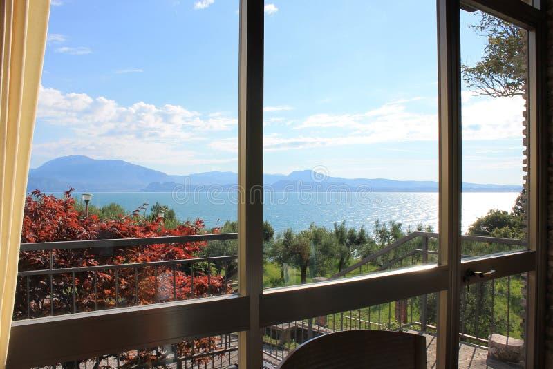 Vue du policier de lac Sirmione Italie par la fenêtre de salle à manger photo stock