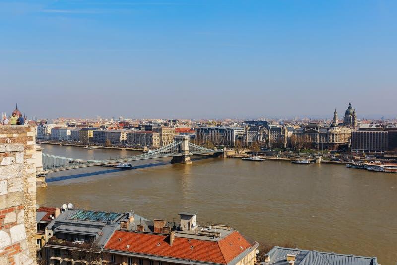 Vue du pont à chaînes au-dessus du Danube et du panorama de Budapest photographie stock libre de droits