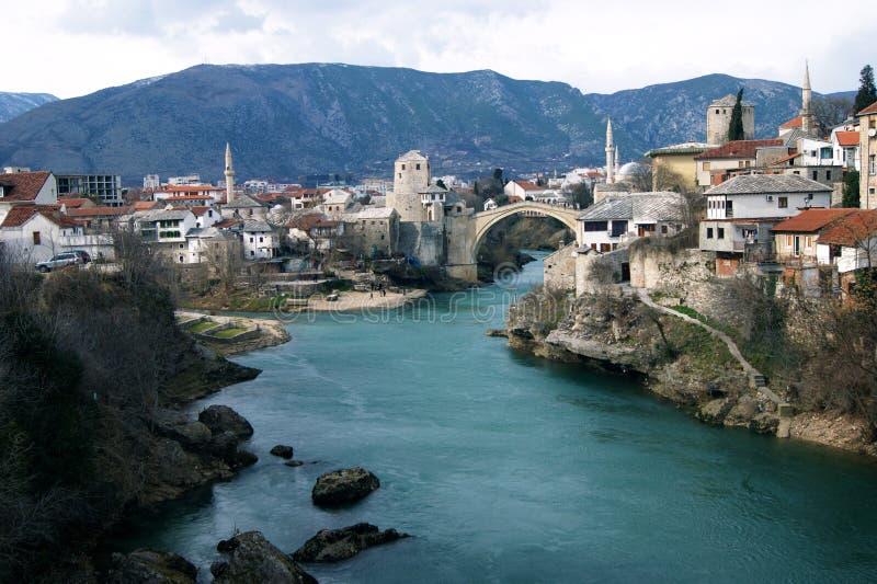 Vue du pont au centre de la ville de Mostar photographie stock libre de droits