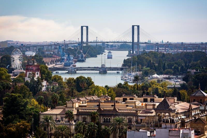 Vue du pont centennal au-dessus de la rivière du Guadalquivir du toit de cathédrale en Séville, Espagne photos stock