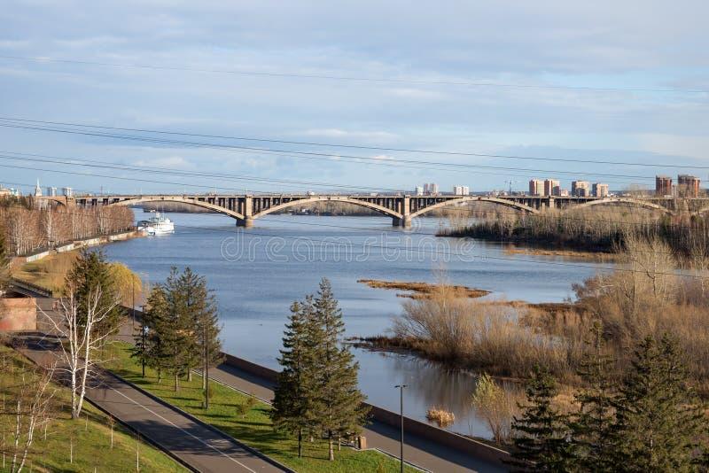 Vue du pont communal 1961 d'automatique-piéton au-dessus du fleuve Ienisseï dans la ville de Krasnoïarsk Russie photo stock