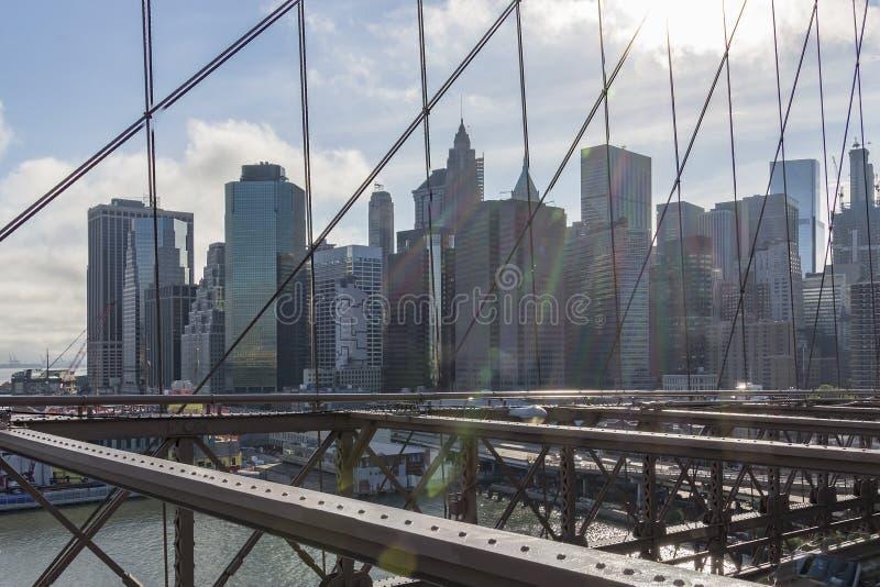 Vue du pont de Brooklyn le Sun lowstanding au-dessus de Manhattan, New York, Etats-Unis photos libres de droits