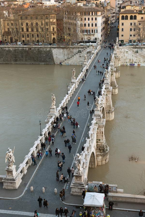 Vue du pont de Ponte Sant Angelo au-dessus de la rivière du Tibre, Rome photo libre de droits