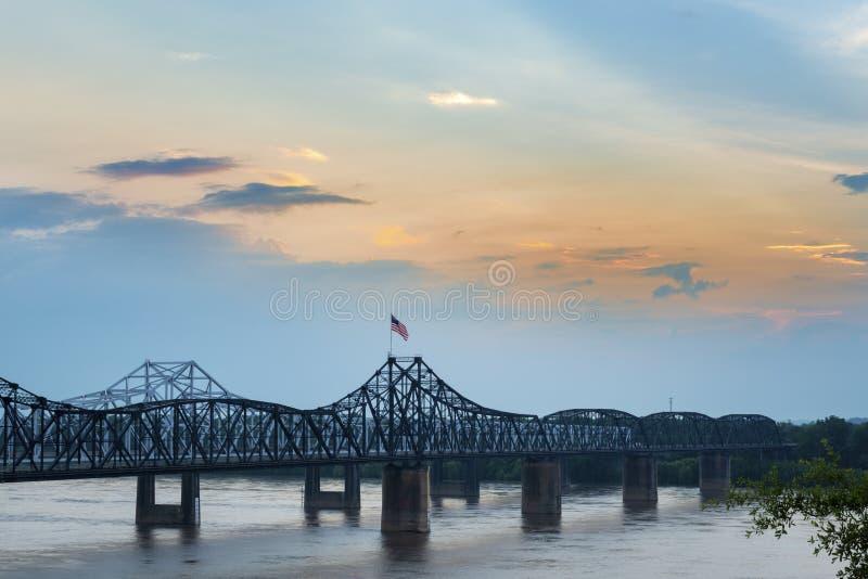 Vue du pont de Vicksburg au-dessus du fleuve Mississippi photographie stock libre de droits