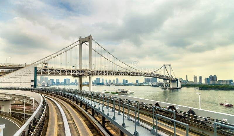 Vue du pont en arc-en-ciel de la boucle de Yurikamome images libres de droits