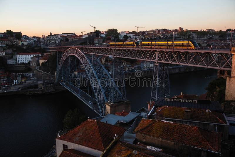 Vue du pont en fer de Luis I avec le train au-dessus de la rivière de Douro au crépuscule, Porto photographie stock libre de droits