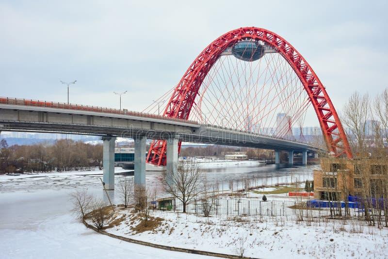 Vue du pont en route avec une vo?te rouge, le pont pittoresque ? travers la rivi?re de Moscou photo stock