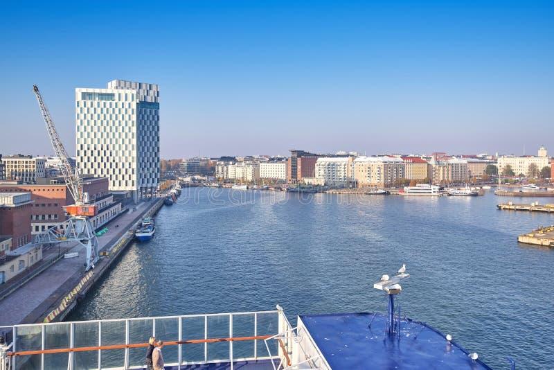 Vue du pont supérieur d'un revêtement de croisière à la baie dans le port de Helsinki image libre de droits