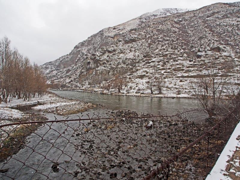 Vue du pont suspendu au-dessus de la rivière Paravani en Géorgie image stock