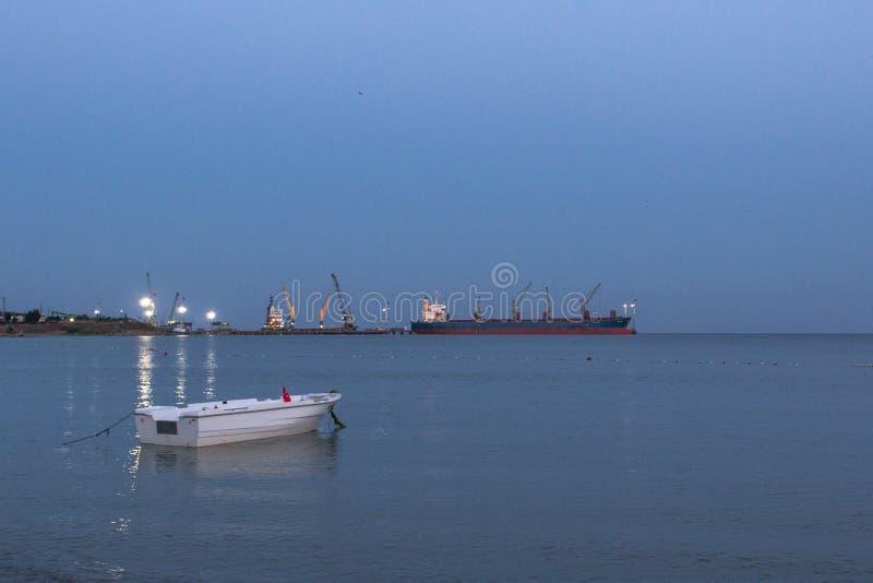 Vue du port de commerce de mer du rivage images libres de droits