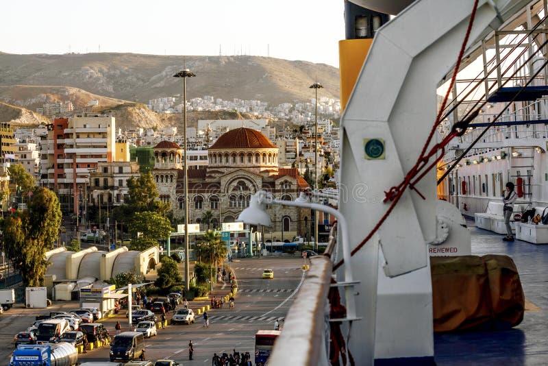 Vue du port de Le Pirée et de l'église de la trinité sainte de la plate-forme du ferry image libre de droits
