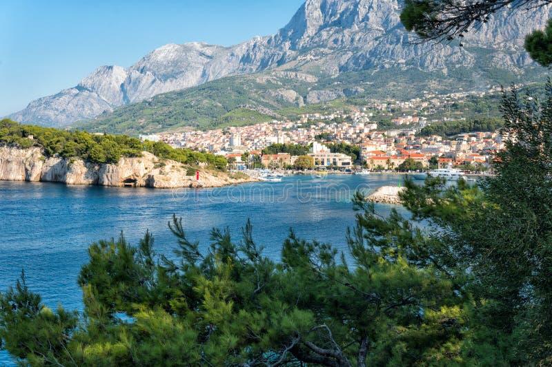 Vue du port et de la ville méditerranéenne de Makarska, Croatie photo stock