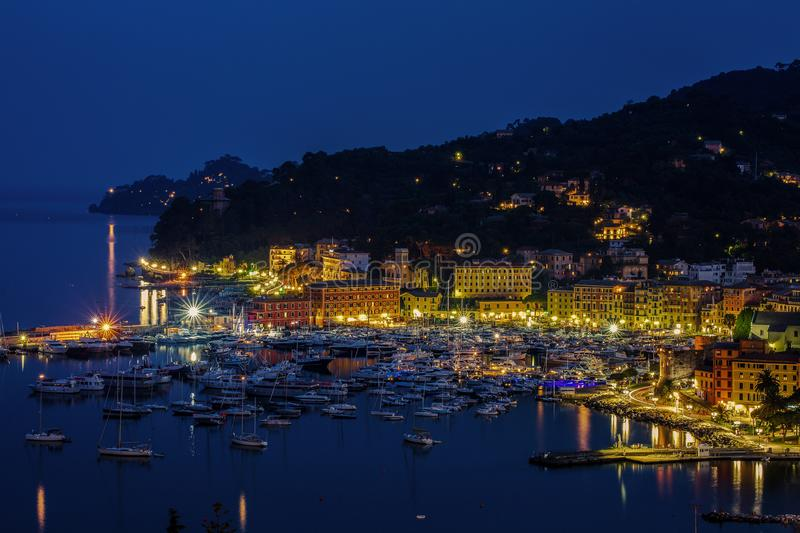 Vue du port et du village par nuit, Santa Margherita Ligure, Gênes, Italie photos stock