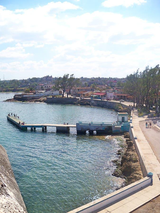 Vue du port, du malecon et du pilier de Bahia de Cojimar photographie stock