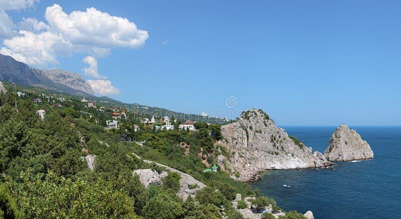 Vue du règlement de Simeiz et de la montagne AI-Pétri en Crimée image stock