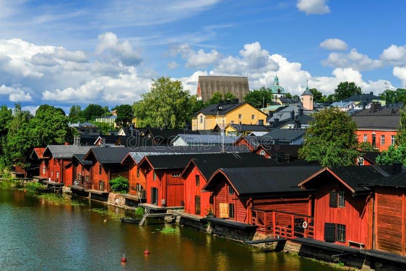 Vue du remblai pittoresque de rivière dans la vieille ville de la Finlande de Porvoo avec les entrepôts en bois rouges traditionn image libre de droits