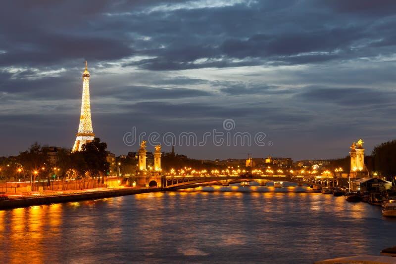 Vue du remblai sur la rivière la Seine et du Tour Eiffel dans la nuit photo stock