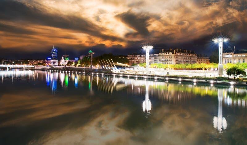 Vue du Rhône à Lyon la nuit, France image stock