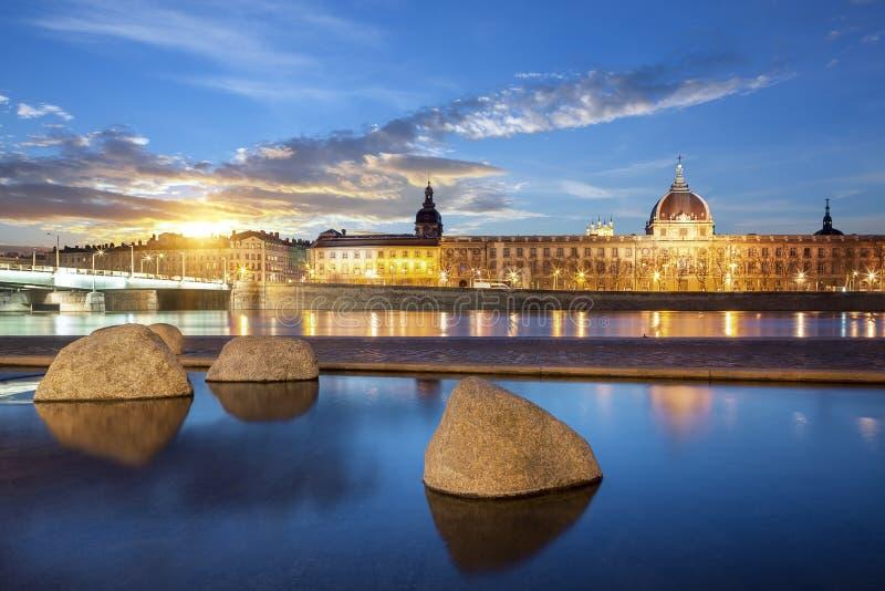 Vue du Rhône dans la ville de Lyon au coucher du soleil photographie stock