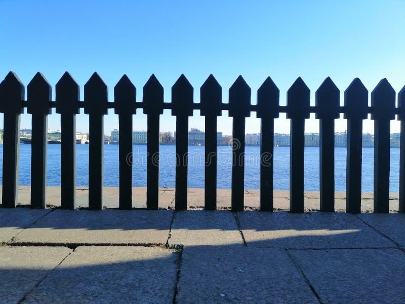 Vue du rivage opposé par la barrière image libre de droits