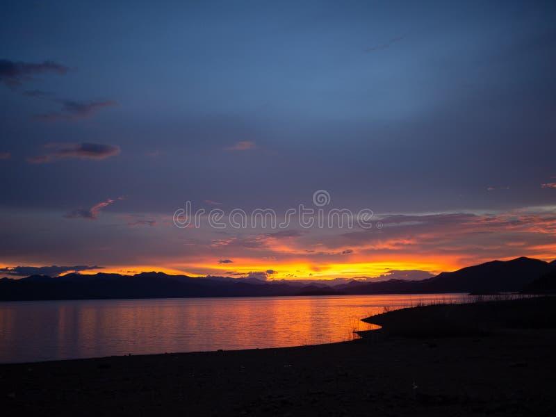 Vue du siège du bateau, paysage de tempête de mer. Ciel de superposition spectaculaire. Ciel couché de soleil, lac au coucher d image stock
