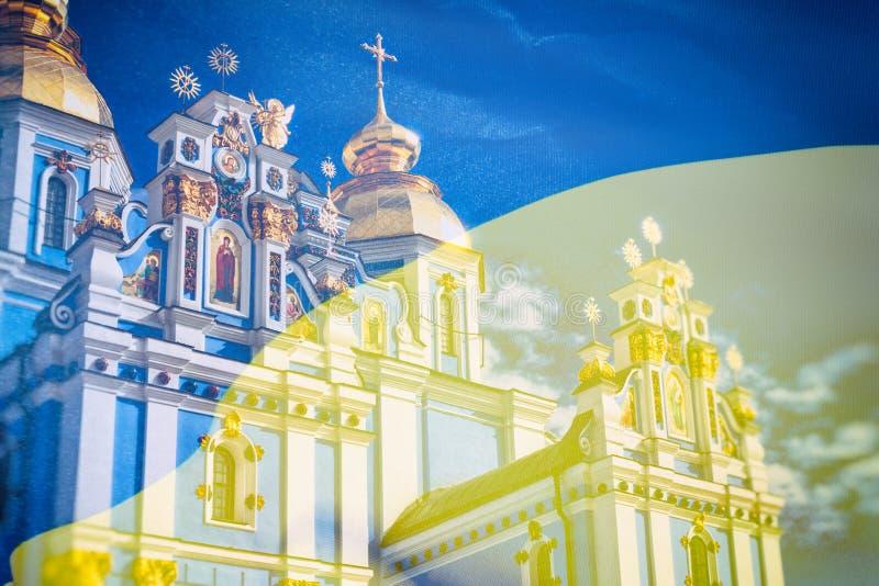 Vue du St Michaels Golden-Domed Monastery à Kiev, l'église orthodoxe ukrainienne - patriarcat de Kiev, dans le drapeau de fond images stock